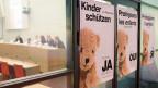 Die Plakate zur Volksinitiative «Pädophile sollen nicht mehr mit Kindern arbeiten dürfen», aufgenommen an einer Medienkonferenz zur Lancierung des Abstimmungskampfes.