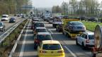 Stau auf der A1 - der Bundesrat will dem abhelfen, mit einem Ausbau der Fahrspuren.