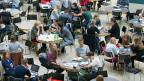 Ein Studium zu finanzieren, kann schwierig sein. StudentInnen in einer Mensa.