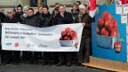 AktivistInnen von EVP, SP, Gewerkschaften und Grünen reichen im Februar 2013 die Volksinitiative «Millionen-Erbschaften besteuern für unsere AHV» ein.