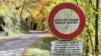 Die Schweiz soll die Zuwanderung wieder eigenständig steuern. Eine Zolltafel und ein Fahrverbot an der Grenze zu Frankreich bei Reclere, Jura.