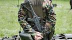 Auch ein Rechtsextremer darf in die Schweizer Armee und er darf auch eine Armeewaffe tragen.