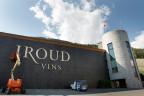 Zwei Techniker entfernen an der Fassade des Gebäudes von Giroud Vins das Logo.