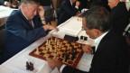Partie Karpov gegen Jean-François Steiert, Nationalrat SP NE (rechts).