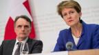 Bundesrätin Simonetta Sommaruga (rechts) äussert sich, neben Mario Gattiker, Direktor Bundesamt für Migration, an einer Medienkonferenz des Bundesrates über die Umsetzung der Zuwanderungsinitiative am 20. Juni 2014 in Bern.