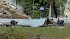 Spezialisten der Schweizer Armee und Polizeiforensiker untersuchen den Unfallort mit Wrackteilen des verunfallten FA-18 Flugzeuges bei Alpnach Dorf am 24. Oktober 2013.