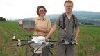 Nicole Berger, Agronomin an der Fachhochschule für Agrarwissenschaften Hafl in Zollikofen und Walter Berger, Werkzeugbauer mit ihrem selbst entwickelten Multicopter.