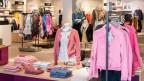 Heute locken die Geschäfte praktisch das ganze Jahr mit Sonderverkäufen. In der Filiale eines Schweizer Mode-Unternehmens.