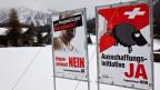 Plakate zur Ausschaffungsinitiative am 12. November 2010 in Davos-Laret.