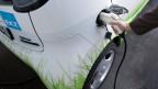 Autobahnraststätten müssten dazu verpflichtet werden, neben Bleifrei und Diesel auch elektrischen Strom anzubieten.