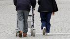 Immer mehr AHV- und IV-Rentnern reicht das Geld zum Leben nicht. Fast 300'000 von ihnen beziehen deshalb Ergänzungsleistungen.