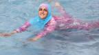 Eine junge türkische Frau beim Schwimmen im Burkini. Symbolbild.