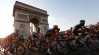 Radrennfahrer auf der Tour de France 2013 vor dem Arc de Triomphe in Paris.