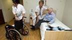 Es gibt immer mehr betagte Menschen in der Schweiz. In der Folge benötigt man immer mehr Geld für die Pflege alter Menschen.