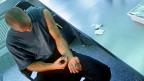 Eine gestellte Aufnahme von 1997: In der Zürcher Polyklinik Crossline wird Süchtigen Heroin abgegeben; sie können es an Ort und Stelle konsumieren.