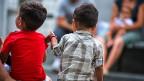 Kinder von Flüchtlingsfamilien vor dem Asyl-Empfangszentrum in Chiasso.