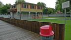 Ein Häuschen mitten auf der Liegewiese des Berner Marzilibads – ist seit anfangs Woche der Kindergarten für ein paar Berner Kinder.