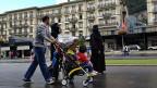 Mossed aus Saudiarabien mit der Familie vor dem Hotel Victoria-Jungfrau in Interlaken. Vom kühlen Sommerwetter sind die arabischen Gäste begeistert.