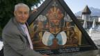 Jost Schumacher mit einem neu gemalten Bild vor der Kapellbrücke in Luzern. Der Kunstliebhaber investierte rund 2 Millionen Franken, um die 146 verbrannten Bilder historisch aufzuarbeiten und neu zu malen.