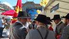 Die Ehrenformation der Burgergemeinde Bern - die Reismusketen-Schützengesellschaft - gönnt sich an einem ihrer raren Auftritte in der Öffentlichkeit eine Verpflegungspause.
