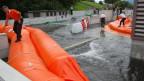 Die Demonstration der Hochwasser-Schutz-Systeme auf dem Überflutungs-Haus des Waffenplatzes Wangen a.A.. Absperr-Schläuche und Sperren müssen beweisen, was sie taugen.