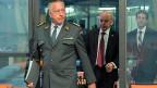 Armeechef André Blattmann und Bundesrat Ueli Maurer auf dem Weg zur bundesrätlichen Medienkonferenz zur Weiterentwicklung der Schweizer Armee.