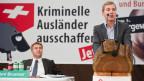 Nationalrat Lukas Reimann, rechts, und  SVP-Parteipräsident Toni Brunner anlässlich der Delegiertenversammlung der SVP zum Thema «Genug: Kriminelle Ausländer jetzt ausschaffen!» am 1. Oktober 2011 in Gossau.