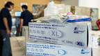 Hilfsgüter wie Untersuchungshandschuhe und Natriumchlorid für die Ebola-Krisengebiete in Westafrika, werden am 28. August beim SRK in Wabern bereitgestellt.