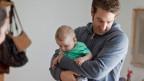 Die Forderung: zwei Wochen Vaterschaftsurlaub, finanziert wie die Mutterschaftsversicherung durch die Erwerbsersatzordnung EO.