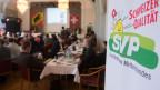 Befürworter der Zuwanderungsinitiative warten auf die Abstimmungsresultate an der Abstimmungsveranstaltung der SVP am 9. Februar 2014 in Aarberg BE.
