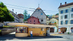 Busstation Juraplatz in der Bieler Altstadt. Die Stadt Biel schlägt ihren Bürgerinnen und Bürgern vor, den Autoschlüssel für einen Monat gegen ein Busabo und freie Benutzung des städtischen Veloverleihs einzutauschen.