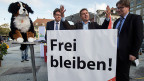 Das neue SVP-Maskottchen Willy, SVP-Wahlkampfleiter Albert Rösti, Präsident Toni Brunner und Claude-Alain Voiblet, Wahlkampfleiter Westschweiz, am 14. Oktober in Bern.