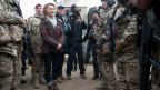 Die deutsche Verteidigungsminister Ursula von der Leyen spricht mit deutschen Bundeswehr-Soldaten in Afghanistan am 22. Dezember 2013.