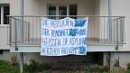In Aarburg gab es nicht nur Protest-Grill-Treffen gegen die geplante Asylunterkunft, sondern auch Solidaritätsbekundungen – wie das Transparent an einem Haus, das künftig als Asylunterkunft genutzt werden sollte, zeigt. Der Rechtsstreit zwischen Aarburg und dem Kanton läuft noch immer.