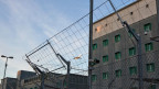 Ein Flugzeug startet über den Dächern des Gefängnisses am Flughafen Zürich in Kloten in welchem auch die Abteilung Ausschaffungshaft untergebracht ist.