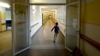 Ein Kind rennt durch die Gänge des Asylzentrums in Zofingen.