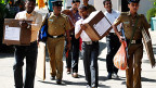 Helfer bringen in Colombo Wahurnen in die Wahllokale.