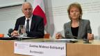 Steuersünder leben immer gefährlicher: Staatssekretär de Watteville und Finanzministerin Widmer-Schlumpf präsentieren die Pläne zum automatischen Informationsaustausch.