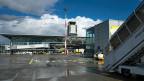 Flughafen Basel-Mulhouse. Frankreich möchte künftig auch im Schweizer Flughafen-Sektor französische Steuern erheben, die Schweizer Seite wehrt sich.