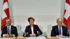 Bundesrat Burkhalter, Bundesrätin Sommaruga und Bundesrat Schneider Ammann präsentieren ihre Pläne zur Umsetzung der Initiative «gegen Masseneinwanderung». Das geplante Kontingents-System wird Verteilkämpfe mit sich bringen - mit Gewinnern und Verlierern.