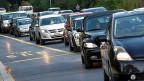 Zahlen fürs Fahren: Autofahrerinnen und Autofahrer sollen Strassenbau und –Unterhalt stärker finanzieren, schlägt der Bundesrat vor.