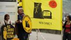 Atomkraftgegner vor dem Sitz der Atomaufsichtsbehörde in Brugg.  Die Stadt lässt die Mahnwachen weiterhin zu.