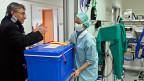 Ein Spenderherz wird in einen Operationssaal geliefert. Weil es zu wenig Organe gibt, sterben in der Schweiz jedes Jahr Dutzende Menschen. Vergleicht man die Schweizer Zahlen mit denen im europäischen Ausland, wird klar: In der Schweiz werden wenig Organe gespendet.