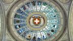 Die Kantonswappen und der symbolische Satz «einer für alle, alle für einen» in der Kuppelhalle des Bundeshauses.