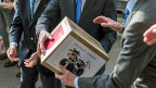 Übergabe der gesammelten Unterschriften der sogenannten «Milchkuh-Initiative im März 2014. Der Luzerner Ständerat Konrad Graber sagt dazu: «Es handelt sich um ein Kuckucksei; ist das Ei einmal ausgebrütet, wird der Kuckuck andere Bereiche eines funktionierenden Staates aus dem Nest werfen».