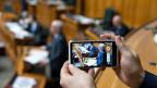 Bundesrat Ueli wird während seiner Rede zum Nachrichtendienstgesetz im Nationalrat mit einem Handy gefilmt.