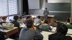 Mathematikunterricht am Berner Gymnasium Neufeld. Vor der Wandtafel Mathematiklehrer Simon Bünzli. Fast die Hälfte der Maturanden im Kanton Bern waren in den letzten zwei Jahren in Mathematik ungenügend; jeder Fünfte schaffte nicht einmal die Note 3.