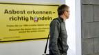 Asbest ist in der Schweiz schon seit 25 Jahren verboten; trotzdem erkranken immer moch jedes Jahr über 100 Menschen an Asbest-Krebs.