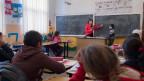 Eine Lehrerin in der Schule zur Integration von Romas und anderen Minderheiten am 24. März 2015 in Gradinari. Im Rahmen des Erweiterungsbeitrags beteiligt sich die Schweiz autonom an Projekten in Rumänien.