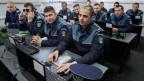 Die Schweiz lässt sich diese Hilfe 300'000 Franken kosten. Polizisten im Sprachlabor in Slatina.